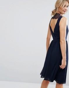 Короткое приталенное платье с кружевной вставкой сзади Elise Ryan - Темно-синий