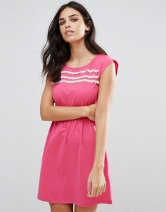 Короткое приталенное платье с кружевной отделкой Jasmine - Розовый