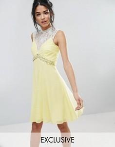 Короткое приталенное платье с вырезом сердечком и отделкой на талии Elise Ryan - Желтый