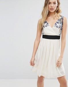 Короткое приталенное платье с цветочной отделкой на плечах Jasmine - Кремовый