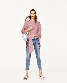 Джинсы со средней посадкой и цветочной вышивкой Zara