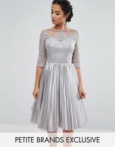 Кружевное платье для выпускного с плиссированной юбкой Chi Chi London Petite - Серый