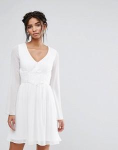 Короткое приталенное платье с кружевом на талии Elise Ryan - Белый