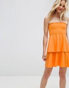 Сарафан мини с открытыми плечами и оборкой ASOS - Оранжевый