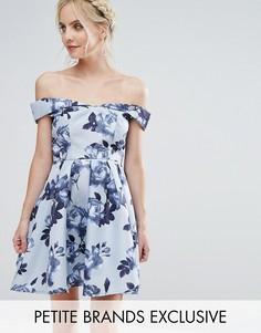 Платье мини для выпускного с открытыми плечами и цветочным принтом Chi Chi London Petite - Мульти