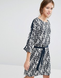 Цельнокройное платье с принтом икат Just Female - Синий