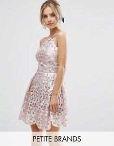 Платье для выпускного с вырезами и эффектом металлик Chi Chi Petite - Розовый