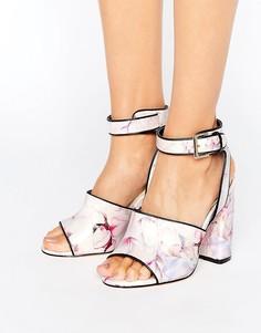 Босоножки на блочном каблуке с цветочным принтом Miss Selfridge - Мульти
