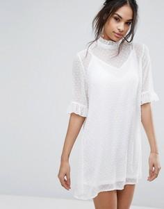 Цельнокройное платье из ткани добби с высоким воротом и оборками Missguided - Белый