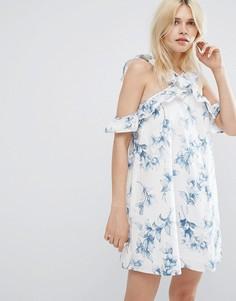 Цельнокройное платье с открытыми плечами, оборкой и цветочным принтом J.O.A - Белый