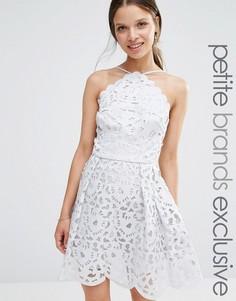 Платье миди для выпускного с высокой горловиной и вырезным узором Chi Chi London Petite - Серый