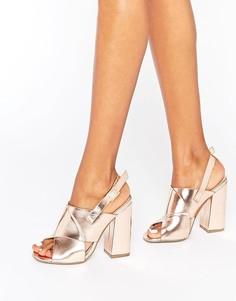 Золотистые сандалии на блочном каблуке с перекрестными ремешками Missguided - Золотой