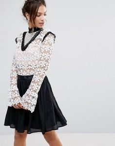 Приталенное платье с высоким воротом Amy Lynn - Черный