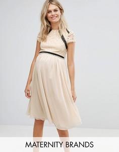 Кружевное короткое приталенное платье 2 в 1 с короткими рукавами и контрастной юбкой Little Mistress Maternity - Кремовый