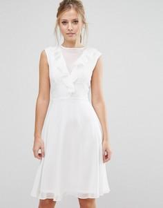 Приталенное платье миди с оборкой Elise Ryan - Белый