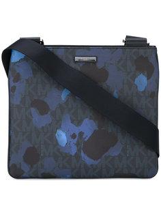 сумка-почтальонка с принтом брызг краски  Michael Kors
