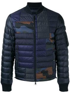 стеганая куртка-пуховик с камуфляжными нашивками Moncler