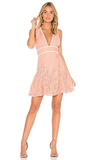 Кружевное платье с глубоким вырезом mae - aijek