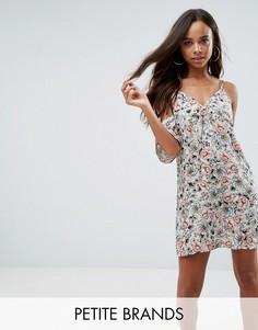 5396622bd17 Платье с вырезами на плечах и цветочным принтом Missguided Petite - Кремовый