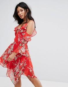 Платье с открытыми плечами и асимметричным подолом Boohoo - Красный