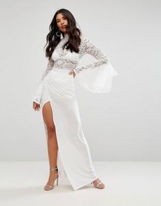 Платье макси с воротником-стойкой, расклешенными рукавами и юбкой с запахом Club L - Кремовый