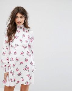 Платье с высокой горловиной и цветочным принтом Fashion Union - Белый
