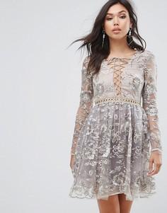 Короткое приталенное платье с вышивкой и шнуровкой True Decadence - Золотой