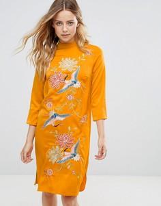 Платье с высоким воротом и вышивкой Glamorous - Желтый