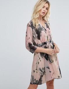 Платье с цветочным принтом и завязкой на талии Selected - Кремовый