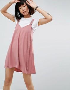 Платье-комбинация мини с пряжкой ASOS - Розовый