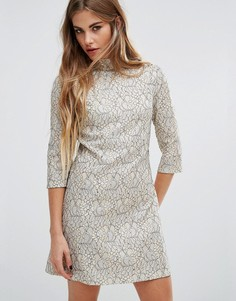Короткое приталенное платье из кружева металлик с высокой горловиной Fashion Union - Кремовый