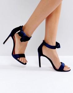 Темно-синие бархатные босоножки на каблуке с бантом Ted Baker Torabel - Синий