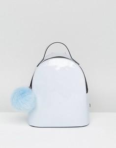 Лакированный мини-рюкзак с помпоном ASOS - Синий