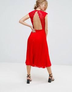 Приталенное платье с открытой спиной и плиссированной юбкой Elise Ryan - Красный