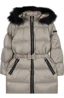 Пуховое пальто с поясом и меховой отделкой на капюшоне Burberry