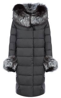 Длинное пальто на искусственном пуху с отделкой из трикотажа и мехом чернобурки La Reine Blanche