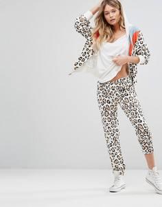 Спортивные брюки с леопардовым принтом в стиле ретро Wildfox - Белый