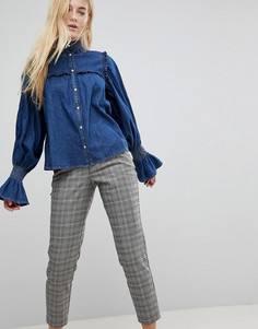 Джинсовая рубашка цвета индиго с присборенной отделкой и оборкой ASOS - Синий