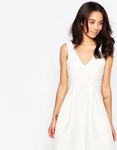 Фактурное приталенное платье с глубоким вырезом Paper Dolls Petite - Белый