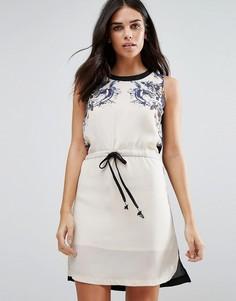 Цельнокройное платье с принтом и шнурком на талии Jasmine - Серый