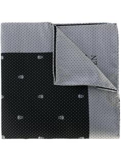 карманный платок с черепами Alexander McQueen