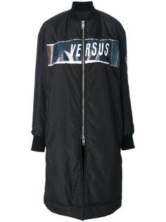 пальто на молнии Versus