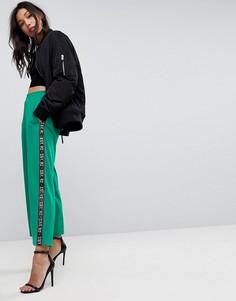 Джоггеры с широкими штанинами и боковой лентой с принтом ASOS Premium - Зеленый