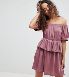 Платье с открытыми плечами и баской Lost Ink Petite - Розовый
