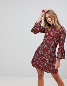 Платье с цветочным принтом, высоким воротником и расклешенными рукавами Parisian - Красный