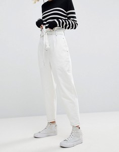 Белые джинсы с поясом-оборкой ASOS WHITE - Белый
