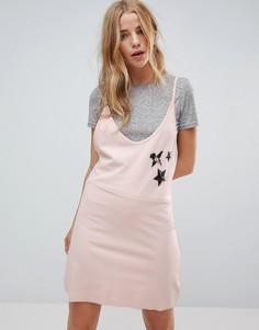 Платье-комбинация с нижней футболкой и нашивками Minkpink - Розовый