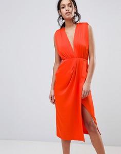Атласное платье миди без рукавов с подплечниками ASOS - Красный