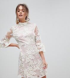 Короткое приталенное платье с высоким воротом и вышивкой Dolly & Delicious - Кремовый