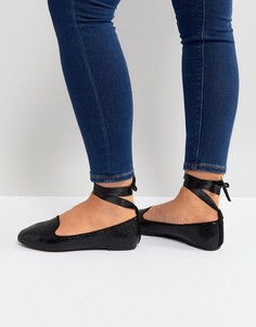 Черные туфли на плоской подошве с завязкой на щиколотке RAID - Черный